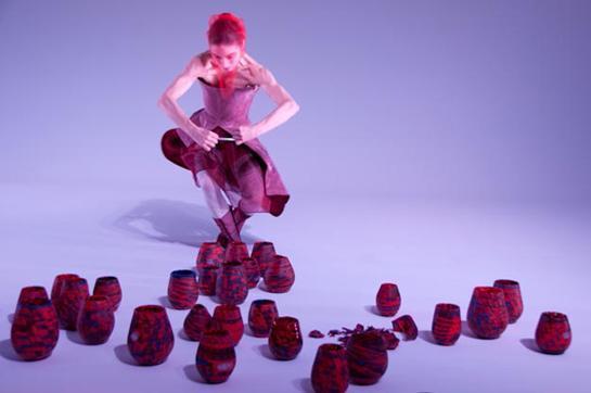 Carmen Olsson dansar i 100 MIGRATORY. Foto: Mille Selander